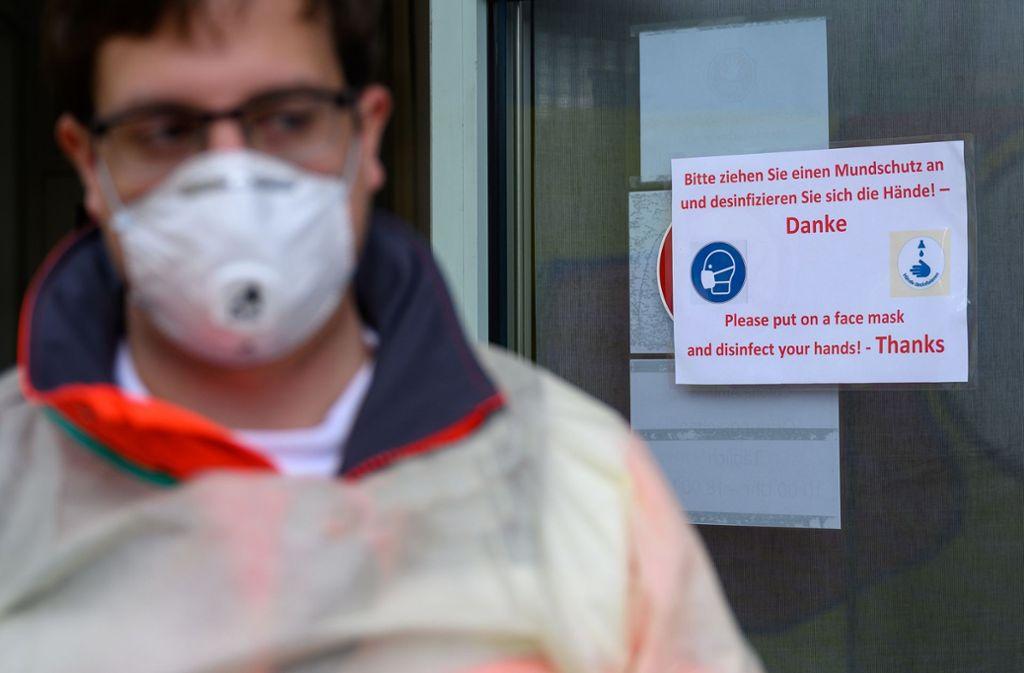 Wer bei sich grippeähnliche Symptome feststellt und dazu kürzlich in einem der Risikogebiete war oder Kontakt zu einem Infizierten hatte, soll die Corona-Hotline anrufen. Foto: dpa/Sebastian Gollnow