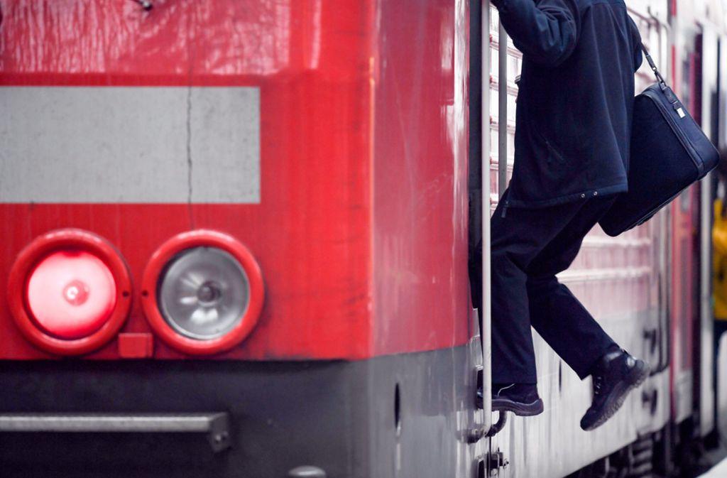 Der verletzte Lokführer wurde in einem Krankenhaus behandelt (Symbolbild). Foto: dpa/Arne Dedert