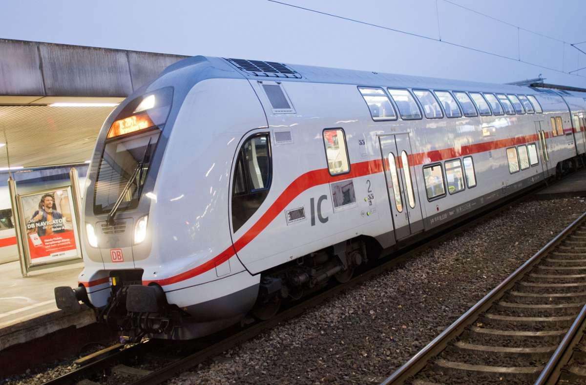 In einem IC von Karlsruhe nach Stuttgart zieht eine Frau die Notbremse (Symbolbild). Foto: dpa/Julian Stratenschulte