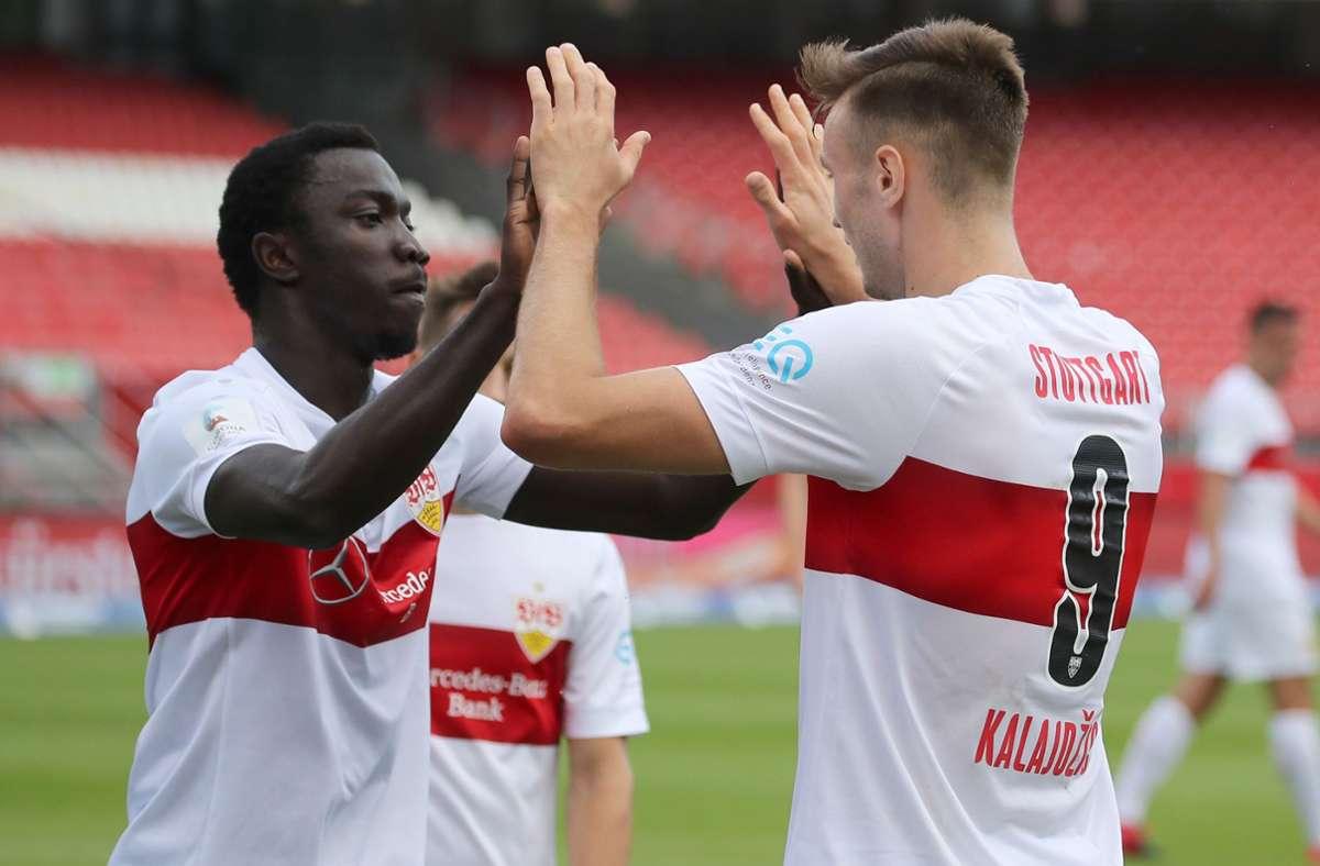 """Silas Wamangituka (links) vom VfB Stuttgart ist unser """"Spieler des Spiels"""" beim 1. FC Nürnberg. Foto: dpa/Daniel Karmann"""