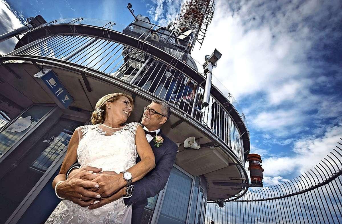 Bei bestem Spätsommerwetter haben Heike Urano und Stefan Schnirring am 4. September auf dem Fernsehturm Hochzeit gefeiert. Foto: privat/André Weinmann