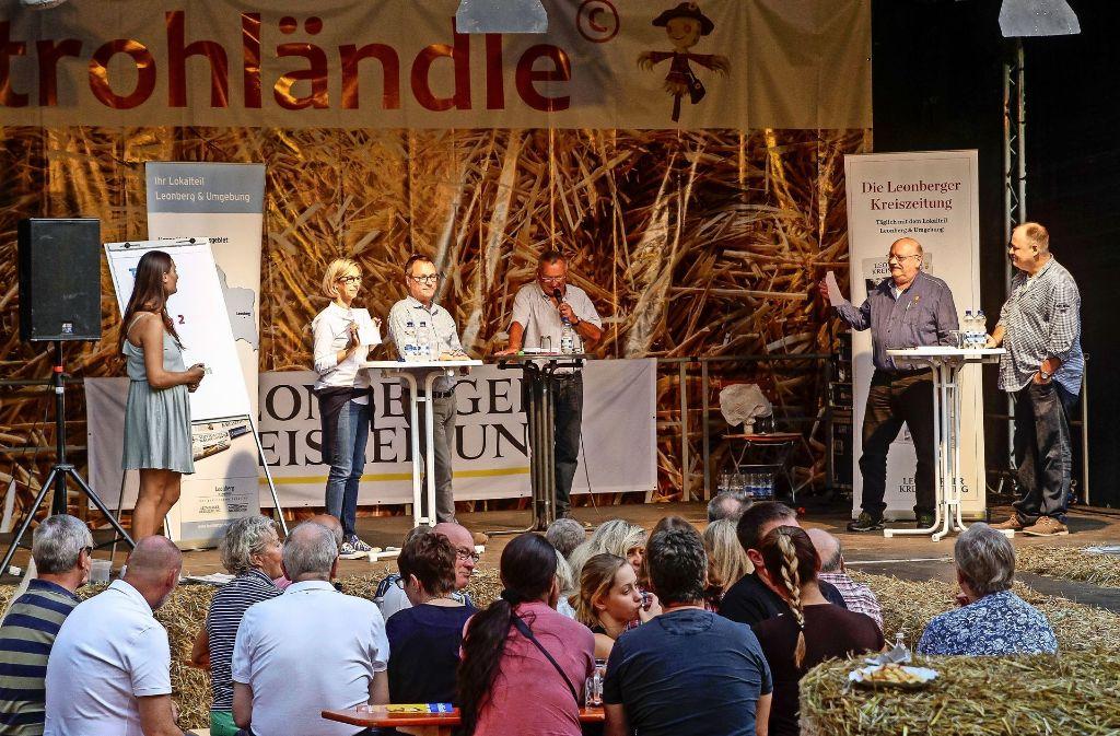 Die Zettel hoch: Sabine Frederking (2.v.l.) mit Joachim Heller (3.v.l. ) und Wolfgang Röckle (2.v.r.) mit Rainer Zachert (r.)  zeigen ihre Antworten  beim Altkreis-Quiz. Foto: factum/Bach