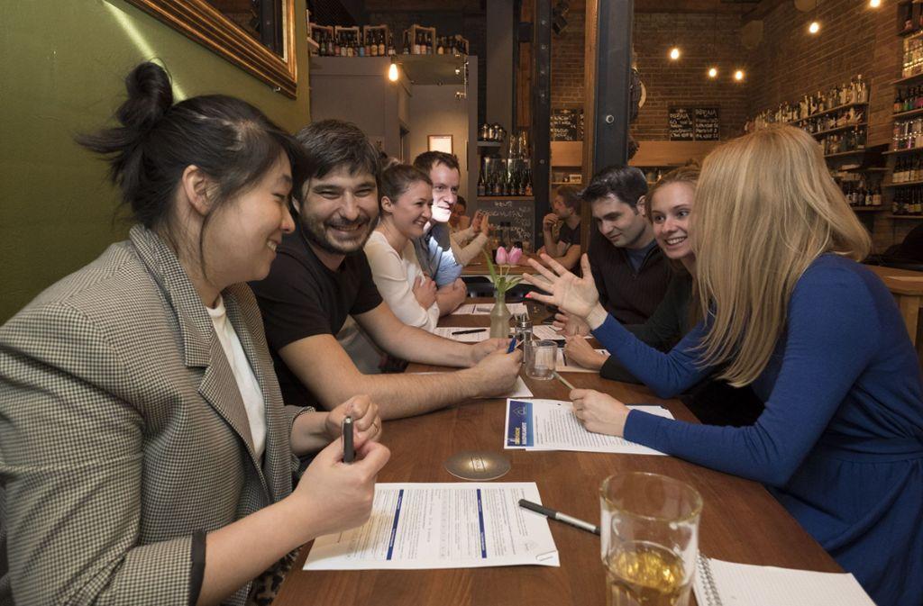 Politik mal anders: Acht EU-Befürworter diskutieren ihre Europaideen bei einem Feierabendbier. Foto: Lichtgut/Michael Latz