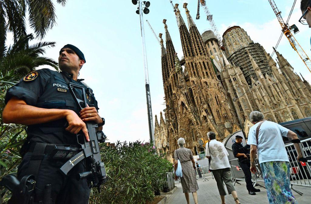 Ein Polizist vor der Kathedrale Sagrada Familia: In Barcelona steigt die Zahl der Verbrechen rasant. Foto: AFP