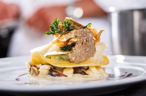 Eigelbravioli mit weißem Trüffel, Spinat, Petersilienwurzeln, Champignons und Rote-Bete-Reduktion