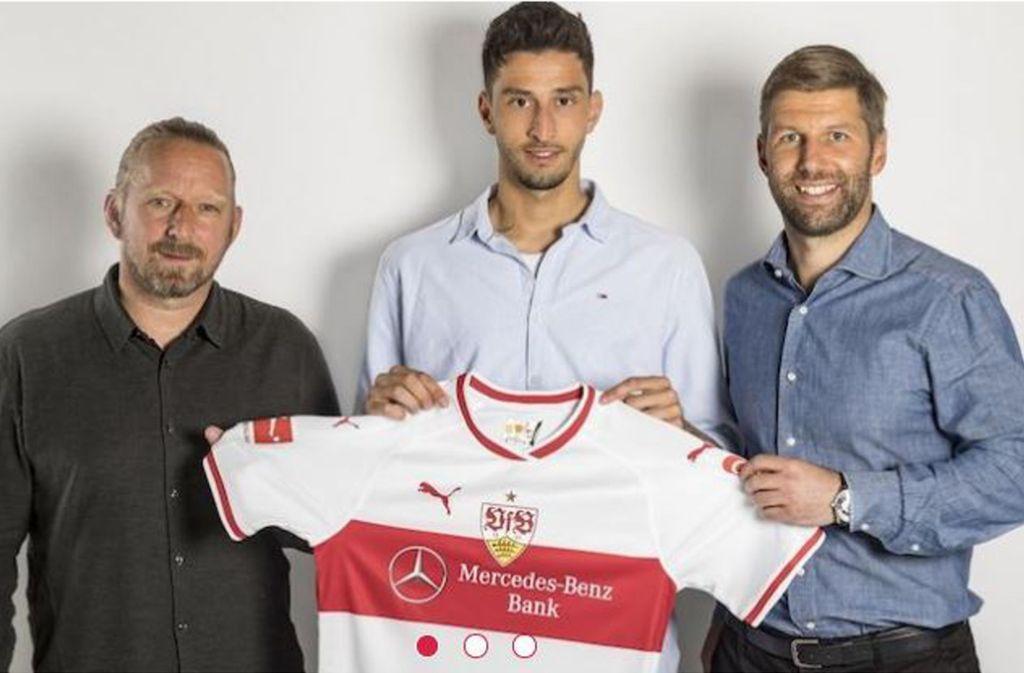 Karazor (Mitte) mit Sportchef Sven Mislintat und Sportvorstand Thomas Hitzlsperger. Foto: VfB Stuttgart