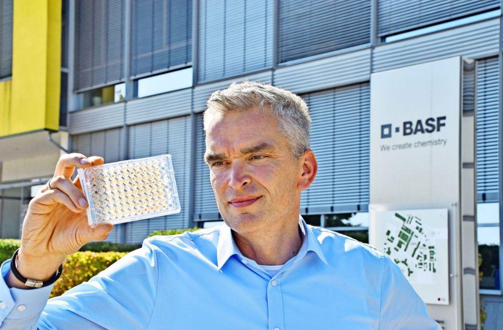 Auf solchen Mikrotitterplatten prüfen Roboter jährlich bis zu 80000 Substanzen auf ihre möglichen Eigenschaften für neue Pflanzenschutzmittel. Andreas Schumacher will in der BASF aber  auch neue Wege gehen. Foto: Bernd Krug