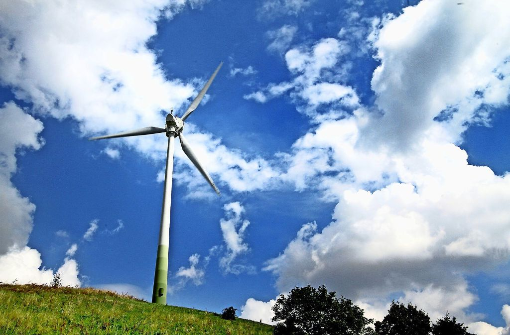 Im Vergleich zu den  drei Windrädern, die in Merklingen   geplant sind, mutet    jenes auf dem  Grünen Heiner wie  Spielzeug an. Foto: factum/Archiv
