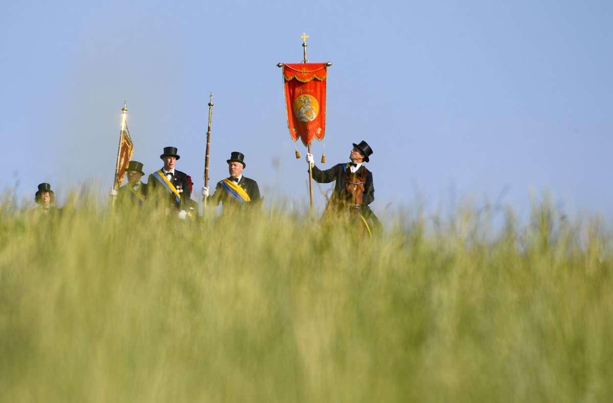 """Laut der Stadt Weingarten ist der """"Blutritt"""" normalerweise die größte Reiterprozession Europas. (Archivbild) Foto: dpa/Felix Kästle"""