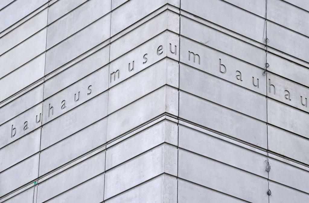"""An der Fassade des zukünftigen Bauhaus-Museums, das im April in Weimar eröffnet werden soll, ist in einem Schriftband """"bauhaus museum"""" zu lesen. Das Bauhaus gab es gerade mal 14 Jahre. Dennoch hat die Kunstschule mit ihren avantgardistischen Konzepten die Moderne weltweit geprägt. Foto: Martin Schutt/ZB/dpa"""