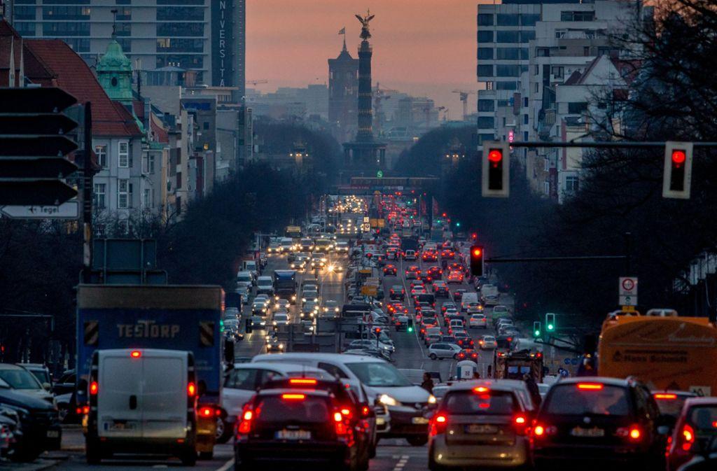 Der CO2-Ausstoß des Verkehrs muss dringend sinken. Die Groko setzt auf Anreize für den Umstieg auf E-Autos und öffentlichen Nahverkehr. Das Umweltbundesamt ist für deutlich radikalere Maßnahmen. Foto: dpa/Michael Kappeler