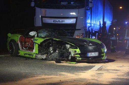 Aus Dodge Viper geschleudert und von Lkw überrollt - tot
