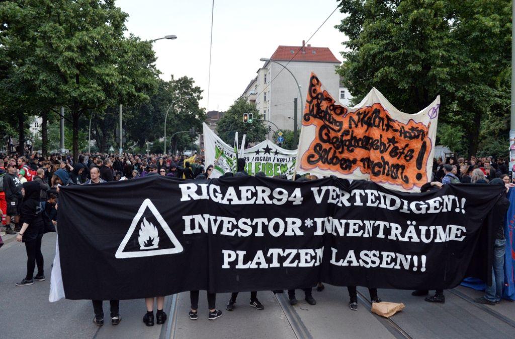 Samstag in der Rigaer Straße: Erst die Demo, dann der schlimmste Krawall seit Jahren. Foto: dpa