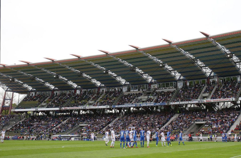 Auch die Haupttribüne im Wildparkstadion ist in die Jahre gekommen, bis 2022 soll es in Karlsruhe ein neuen Fußballstadion geben. Foto: Pressefoto Baumann