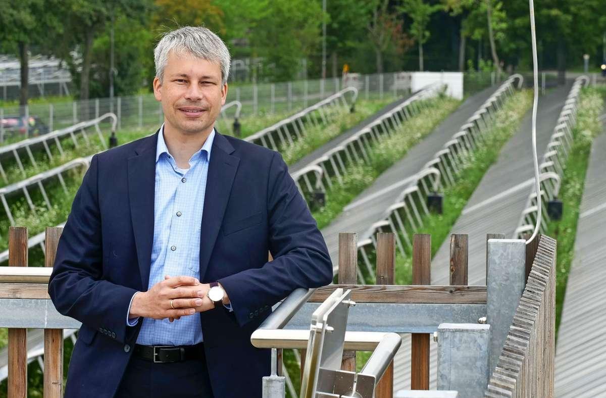 Steffen Bilger an der Solarthermie-Anlage auf dem Römerhügel Foto: Simon Granville