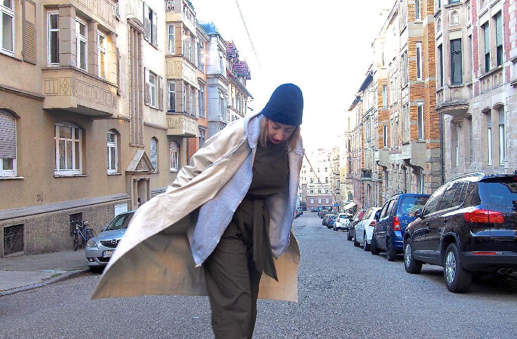Stylistin und Mode-Designerin Nora Erdle zeigt uns auf den Straßen im Heusteigviertel ihren Style. Foto: Tanja Simoncev