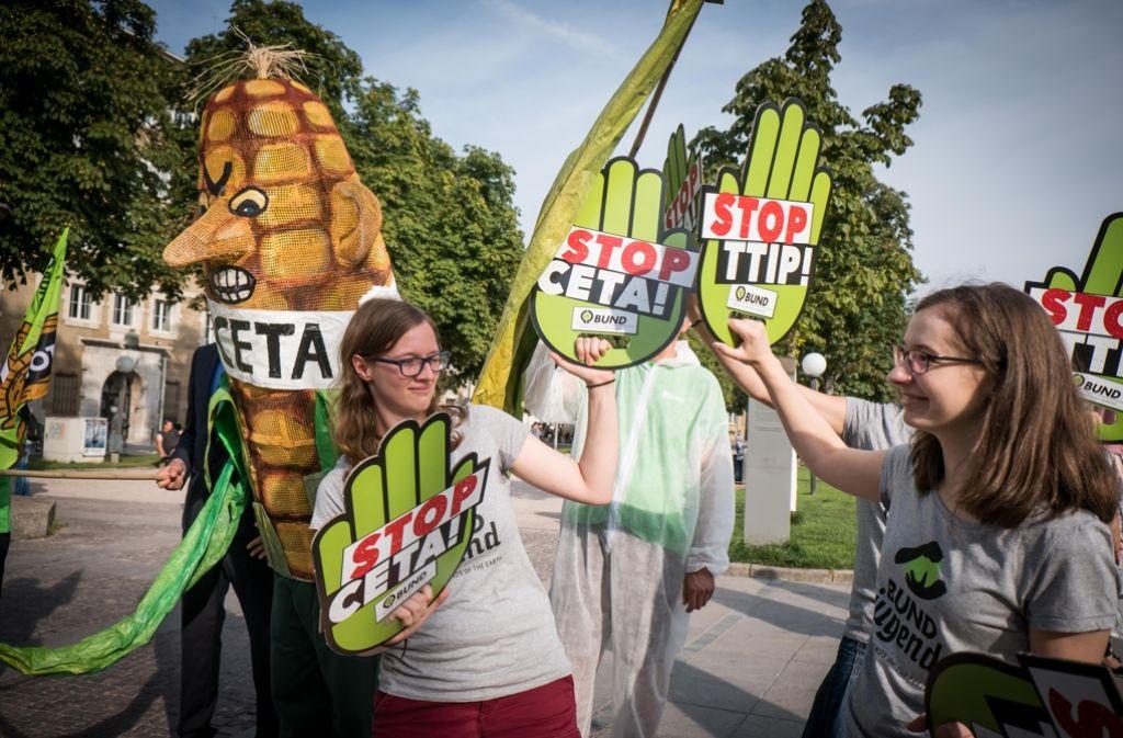 Als Genmais verkleidet haben TTIP-Gegner auf dem Schlossplatz für ihre Demo am 17. September geworben. Foto: Lichtgut/Achim Zweygarth