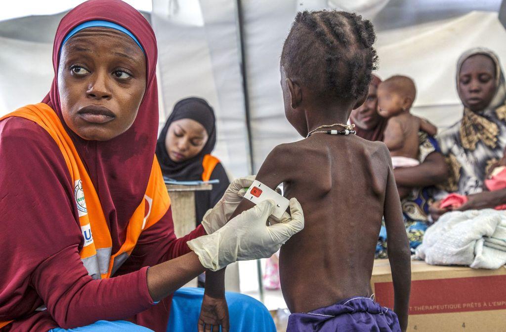 Eine Frau misst den Armumfang eines Jungen in einer nigerianischen Nothilfeeinrichtung, die von UNICEF unterstützt wird. Wegen Mangelernährung droht knapp 1,4 Millionen Kindern in den Ländern Nigeria, Somalia, Südsudan und Jemen nach Unicef-Angaben der Hungertod Foto: Unicef/NOTIMEX/dpa