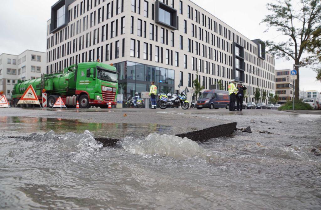 Teile der Asphaltdecke haben sich durch die Wassermassen angehoben. Foto: Andreas Rosar