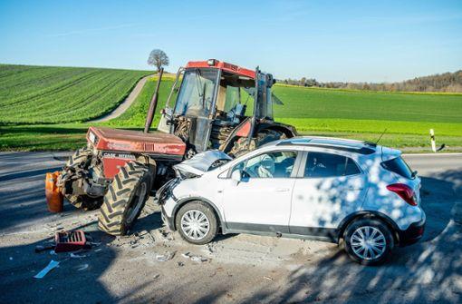 Auto kracht in Traktor – 48-Jährige verletzt