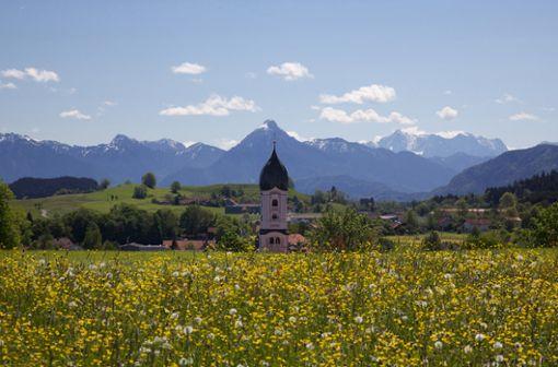 Der Luftkurort Nesselwang im Allgäu mit seinem unvergleichbaren Bergblick im Frühling.