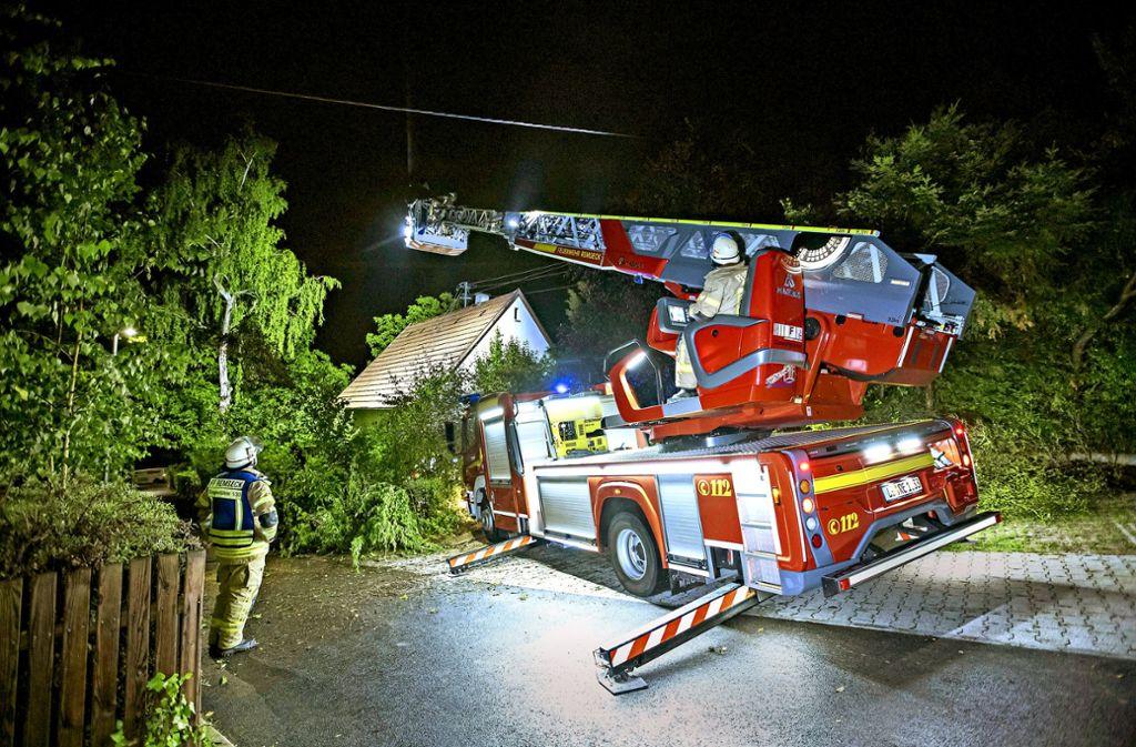 Im Dauereinsatz: Die Feuerwehren im Kreis – wie hier in Remseck – hatten am Dienstagabend viel zu tun. Foto: 7aktuell.de/Simon Adomat