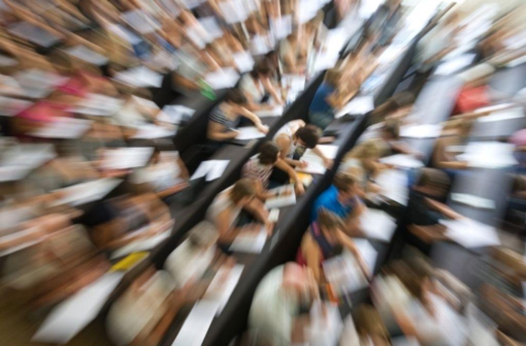 Studieren im vollen Hörsaal: da leidet nicht selten die Motivation. Foto: dpa