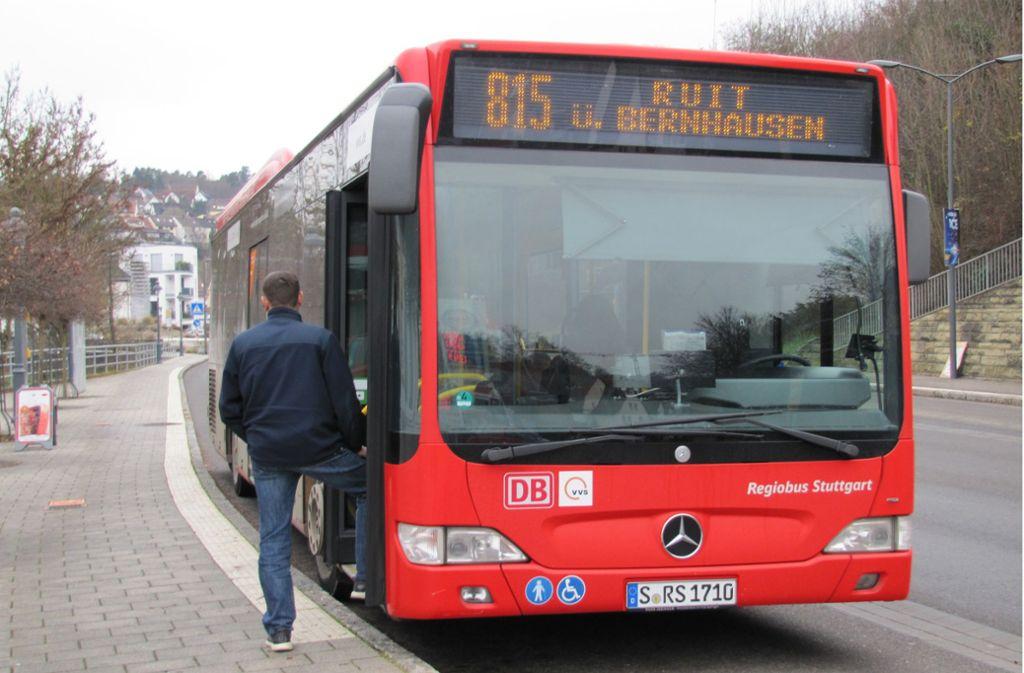Linie 815 bei der Abfahrt an der Haltestelle Postamt Waldenbuch Foto: Claudia Barner