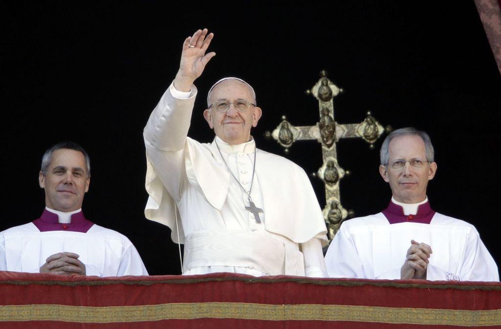 Papst Franziskus schenkt den Gläubigen nicht nur den Weihnachtssegen, sondern spricht auch aktuelle Themen an. Foto: AP