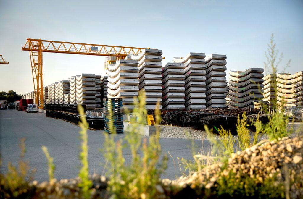 Laut der Bahn müssen ständig Betonfertigteile für den Tunnelbau produziert werden, weil der Lagerplatz  nicht ausreicht. Foto: Horst Rudel