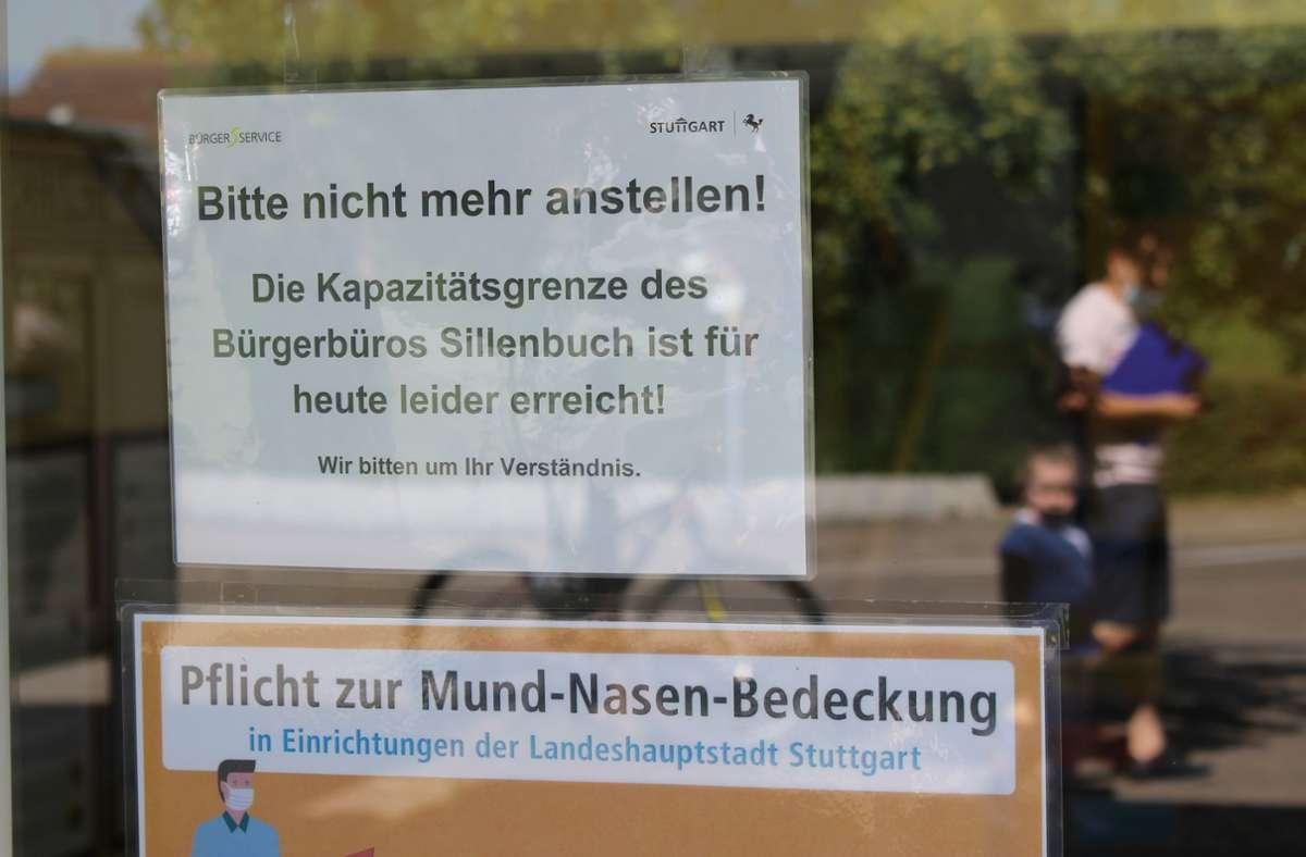 Schon lange vor der Mittagspause hängt in Sillenbuch ein Schild, das grob übersetzt sagt: Anstellen lohnt nicht mehr. Foto: C. Holowiecki