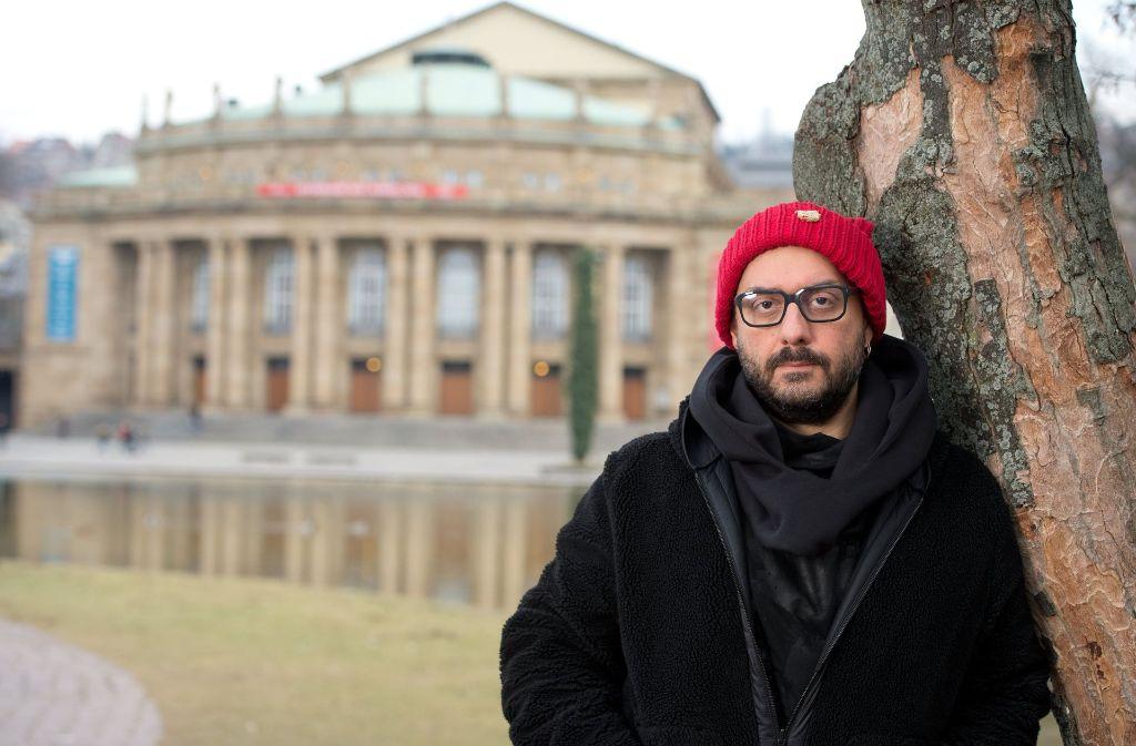 """Der Regisseur vor der Oper am Eckensee: Im März war Kirill Serebrennikov zu den Vorbereitungen von """"Hänsel und Gretel"""" in Stuttgart. Foto: dpa"""