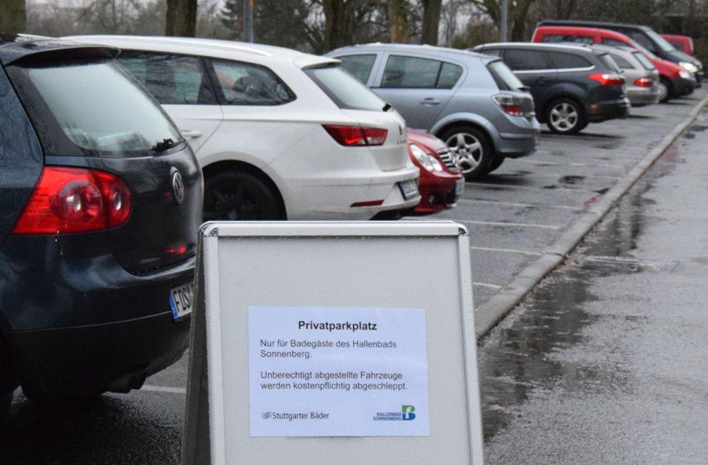 Ein provisorisches Schild weist Autofahrer daraufhin, wer hier parken darf. Foto: Alexandra Kratz
