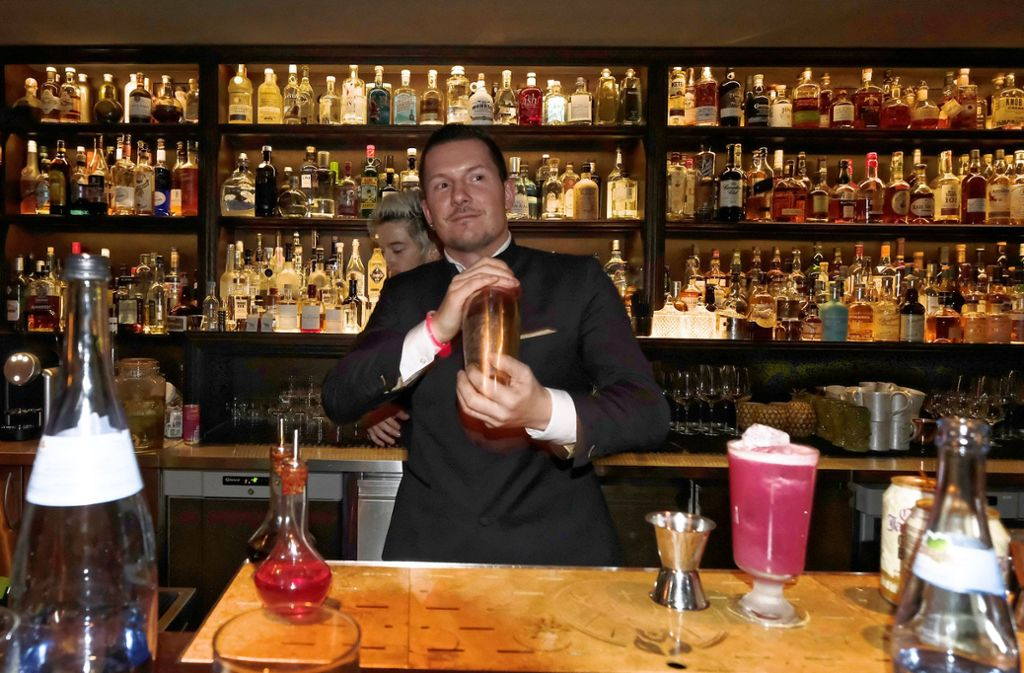 "Im ""Jigger & Spoon"" an den Mixbechern: Barkeeper Uwe Heine Foto: Lichtgut/Michael Latz"