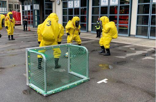 Einsatzkräfte liefern sich Fußballmatch in Schutzanzügen