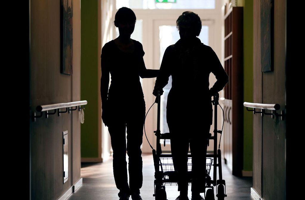 Durch die Pflegereform bekommen Menschen, die zum Beispiel an Demenz leiden, in diesem Jahr Pflegeleistungen. Foto: dpa