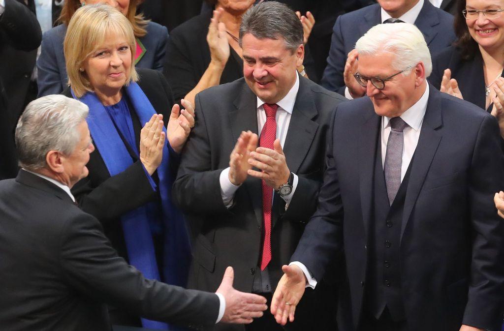 Der künftige Bundespräsidenten Frank-Walter Steinmeier (rechts) nahm nach seiner Wahl zahlreiche Glückwünsche entgegen – wie hier von Joachim Gauck. Foto: dpa