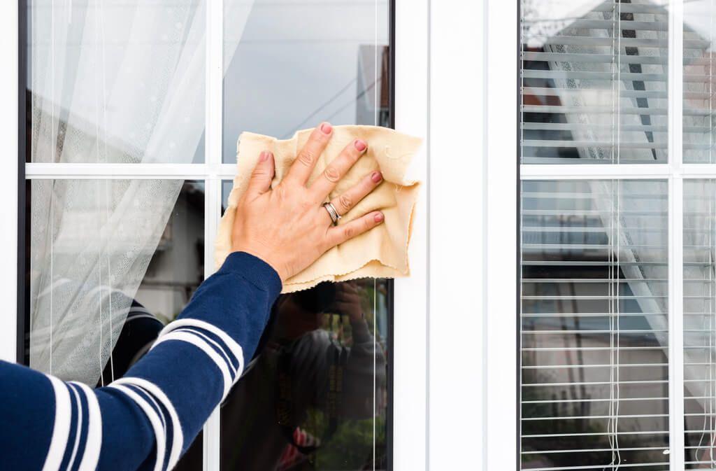 Mit diesen Tricks werden die Fensterrahmen wieder sauber. Foto: GagoDesign / shutterstock.com