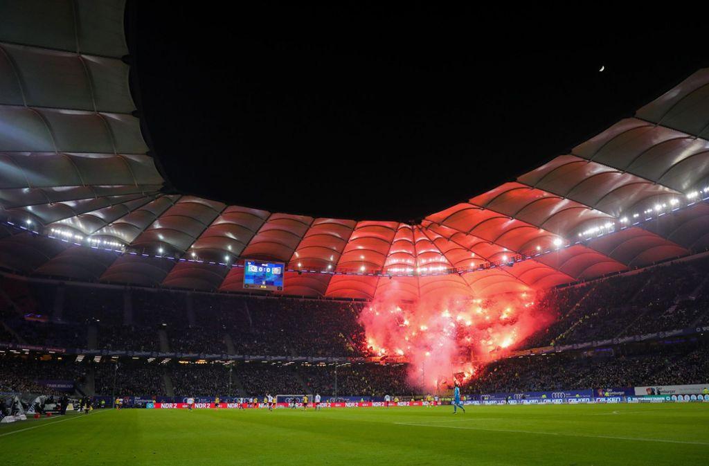 Die Fans von Dynamo Dresden feuern Bengalos ab. Foto: dpa