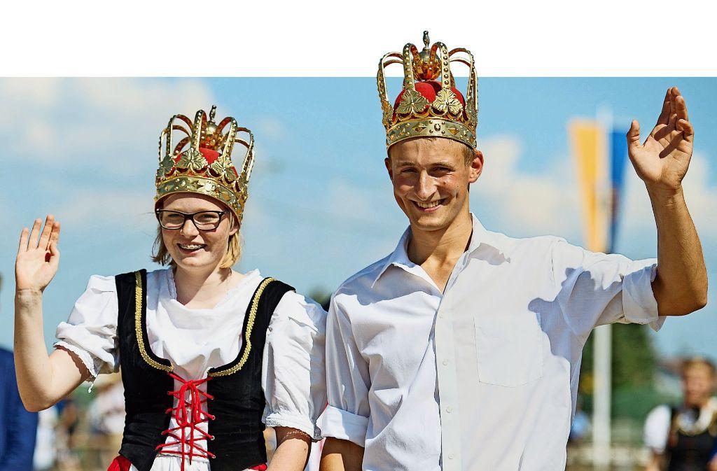 Lisa Wohlfahrt Link  und Daniel Erhardt haben 2016 den Schäferlauf in Markgröningen gewonnen – deshalb fahren sie dieses Jahr beim Festumzug mit. Foto: dpa