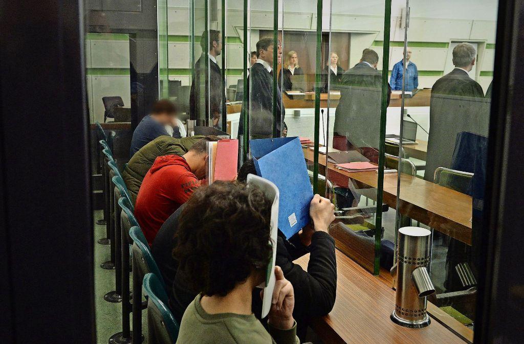 Es geschah in der Weihnachtsnacht in der Berliner U-Bahn: Sechs junge Männer stehen wegen versuchten gemeinschaftlichen Mordes an einem Obdachlosen vor Gericht. Foto: dpa