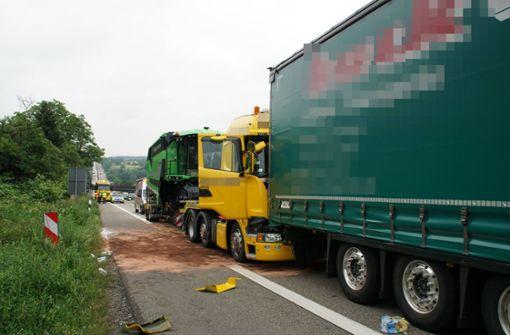 Drei Lastwagen krachen ineinander