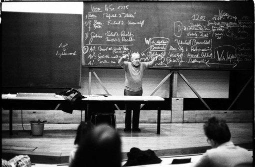 """""""Mischung aus Wily Millowitsch und Herbert Marcuse"""": Max Bense in der Vorlesung vom 6.Dezember 1976, 18.15 bis 19.20 Uhr, im Tiefenhörsaal des K1 der Universität Stuttgart. Foto: Jonnie Döbele"""