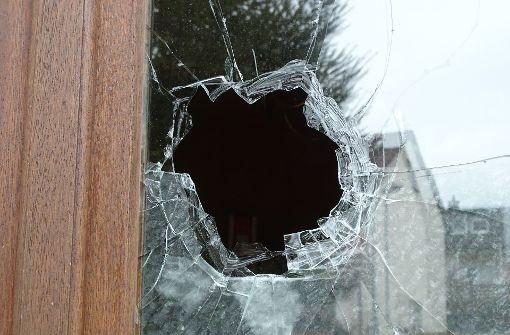 Kurz vor Mitternacht ist ein Stein durch das Küchenfenster der Scheffels geworfen worden. Foto: Scheffel