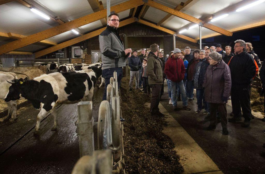 Michael Mohring (links) erklärt den Besuchern ausführlich, wie er  seinen Milchviehbetrieb organisiert. Foto: Ines Rudel/Ines Rudel
