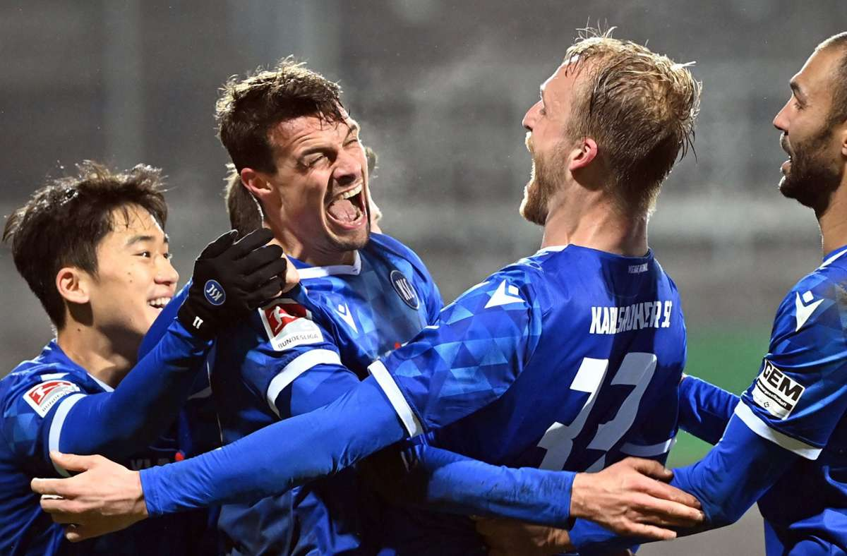 Der Karlsruher SC jubelt über einen 1:0-Erfolg gegen Hannover 96. Foto: dpa/Uli Deck