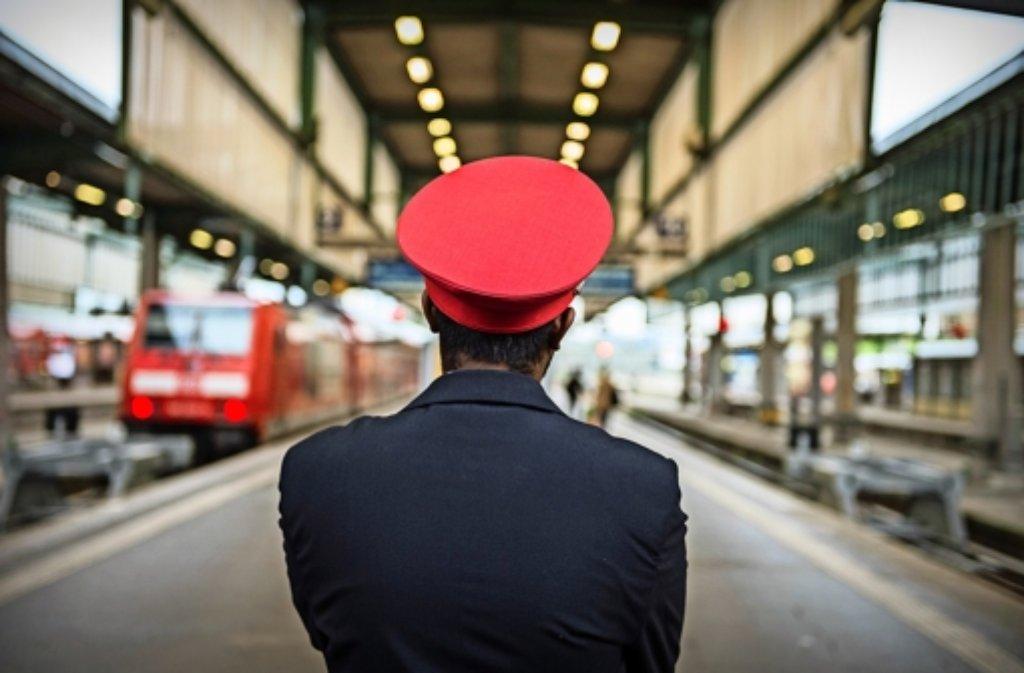 Auch nicht streikende  Bahnmitarbeiter haben auf dem Stuttgarter Hauptbahnhof derzeit etwas weniger zu tun. Foto: dpa