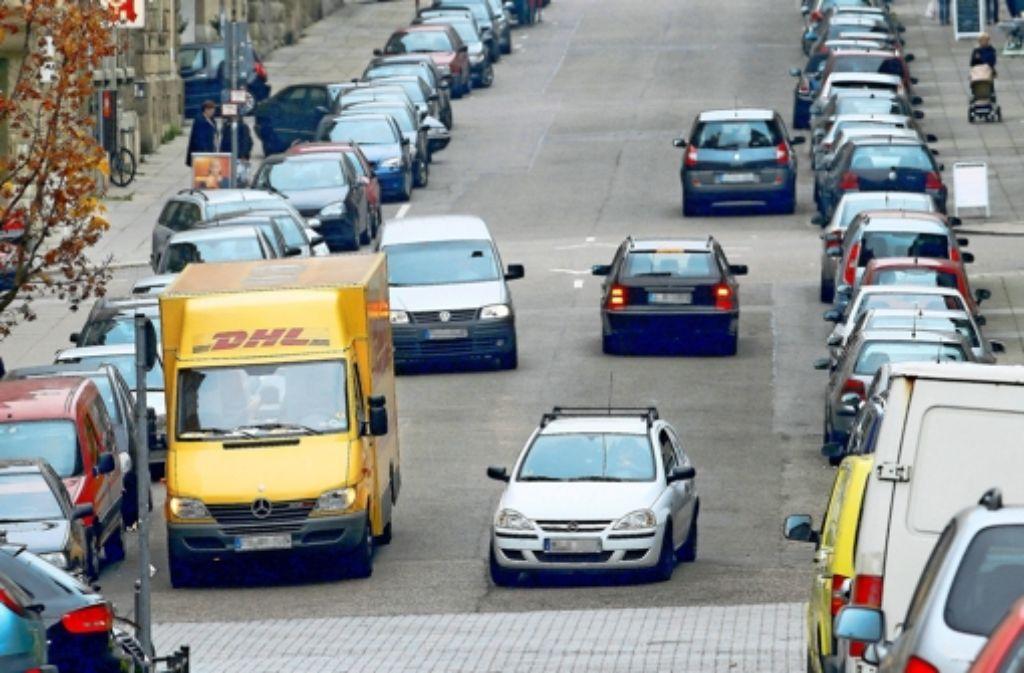 Lieferfahrzeuge, die in der zweiten Reihe parken, behindern die anderen Verkehrsteilnehmer. Foto: factum/Weise