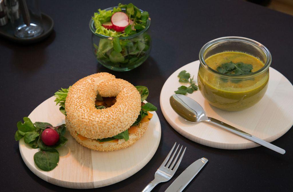 Suppen, Salate und Bagels mit veganen Aufstrichen... Foto: Ines Rudel