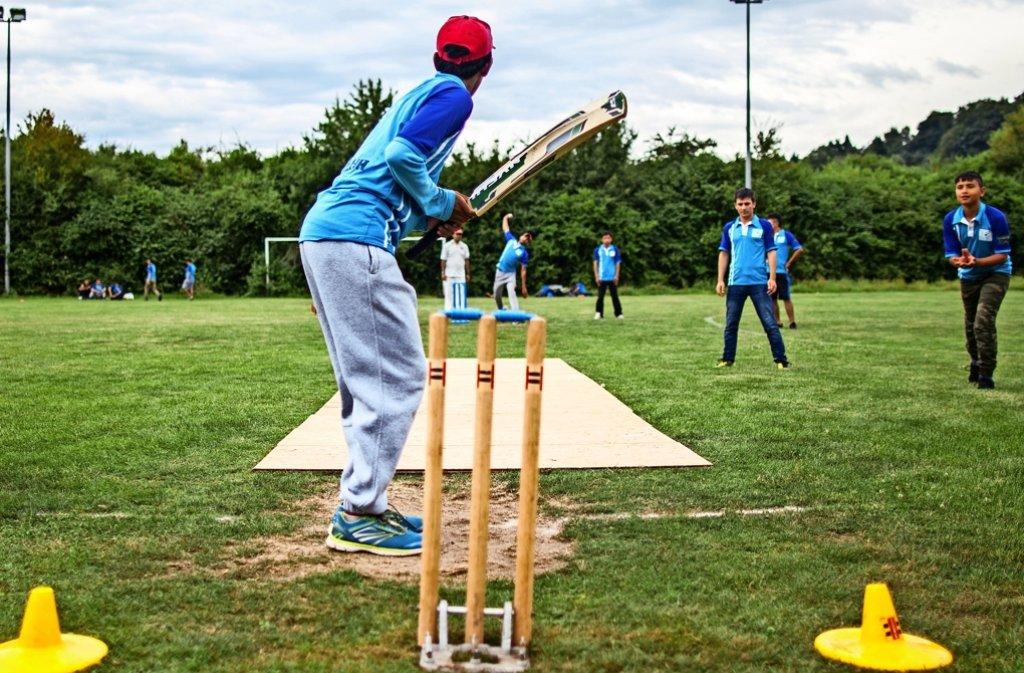 Wo sonst in Eltingen gekickt wird, haben auch die Cricket-Spieler ihre Heimstätte. Foto: Bartek Langer